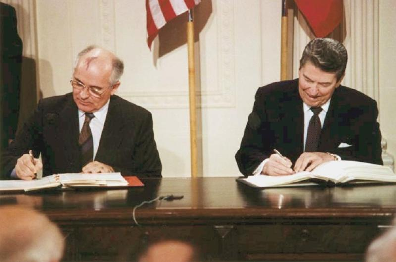 reagan_and_gorbachev_signing-inf-treaty-1987