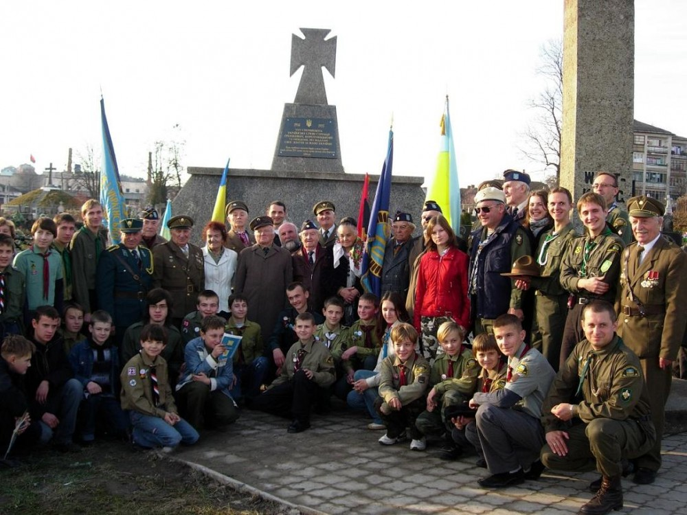 http://02varvara.wordpress.com/2008/11/28/civilisation-ukrainian-style-vandalising-the-memorials-to-the-soldiers-of-the-anti-hitler-coalition/reunion-of-ss-and-upa-in-2006/