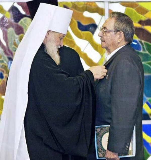 01-metropolitan-kirill-decorates-raul-castro