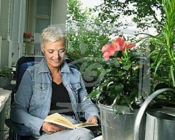 01 woman reading