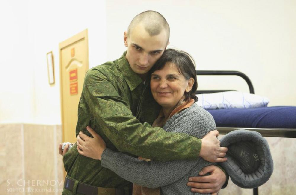01 new soldier with his mum