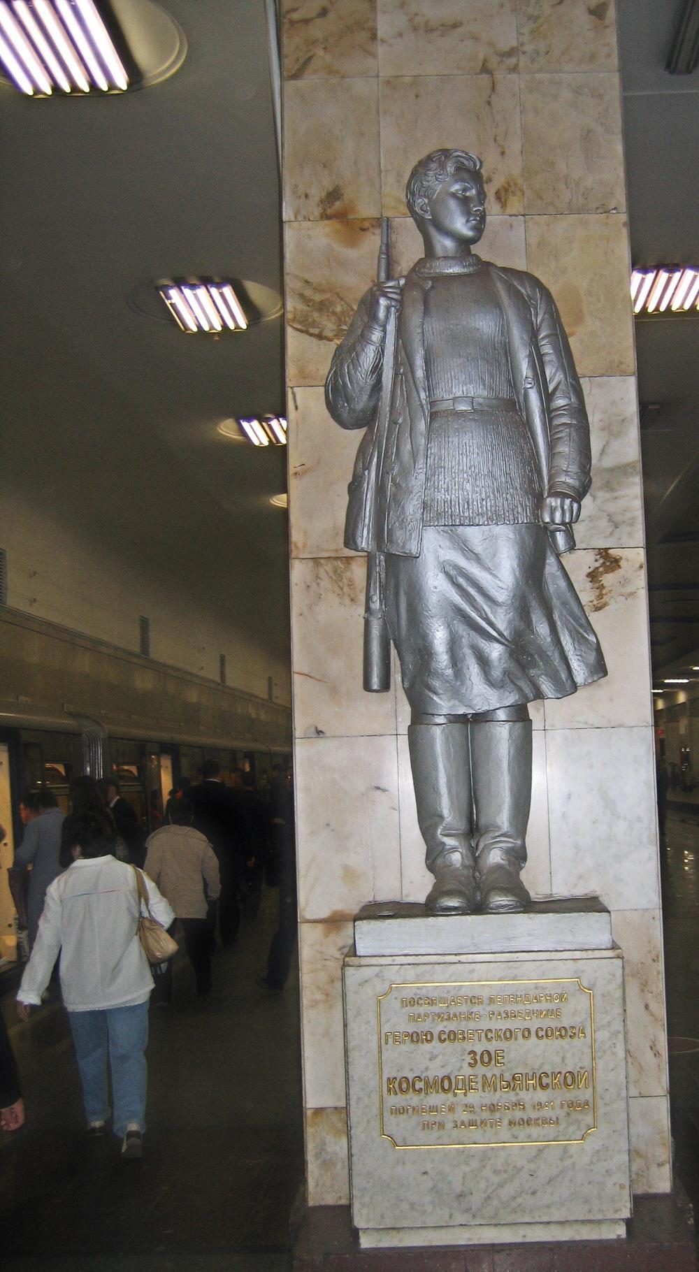 01 Zoya Kosmodemyanskaya monument in Partizanskaya Metro station