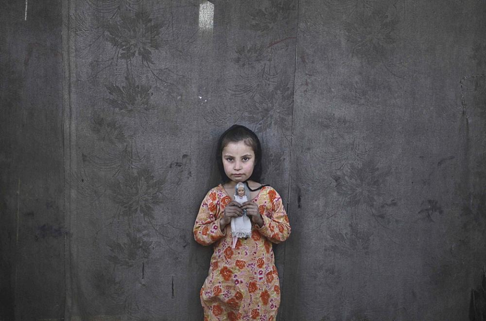 01bb-afghan-refugee-girl