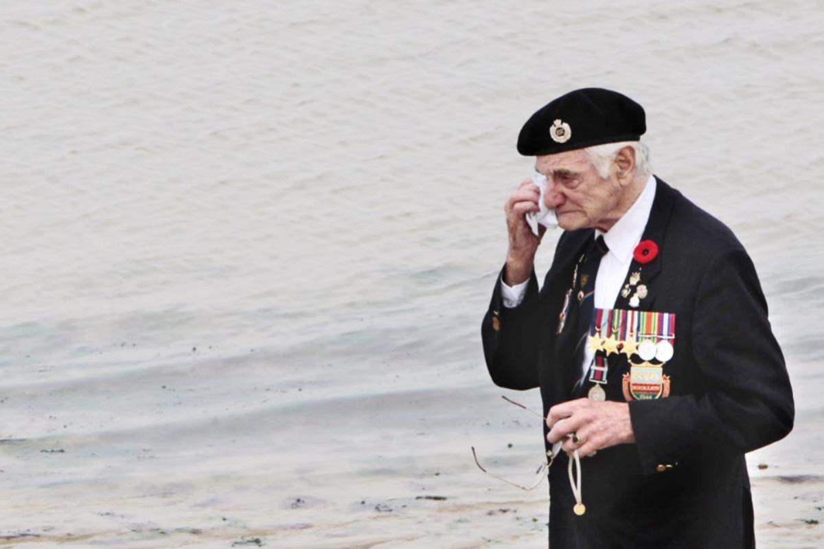 01-brit-vet-gordon-smith-at-arromanches-les-bains-dc3a9partement-du-calvados-rc3a9gion-basse-normandie-fr-67th-anniversary-of-d-day
