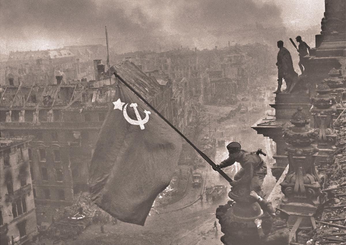 00.03d WWII The Red Flag Over the Reichstag