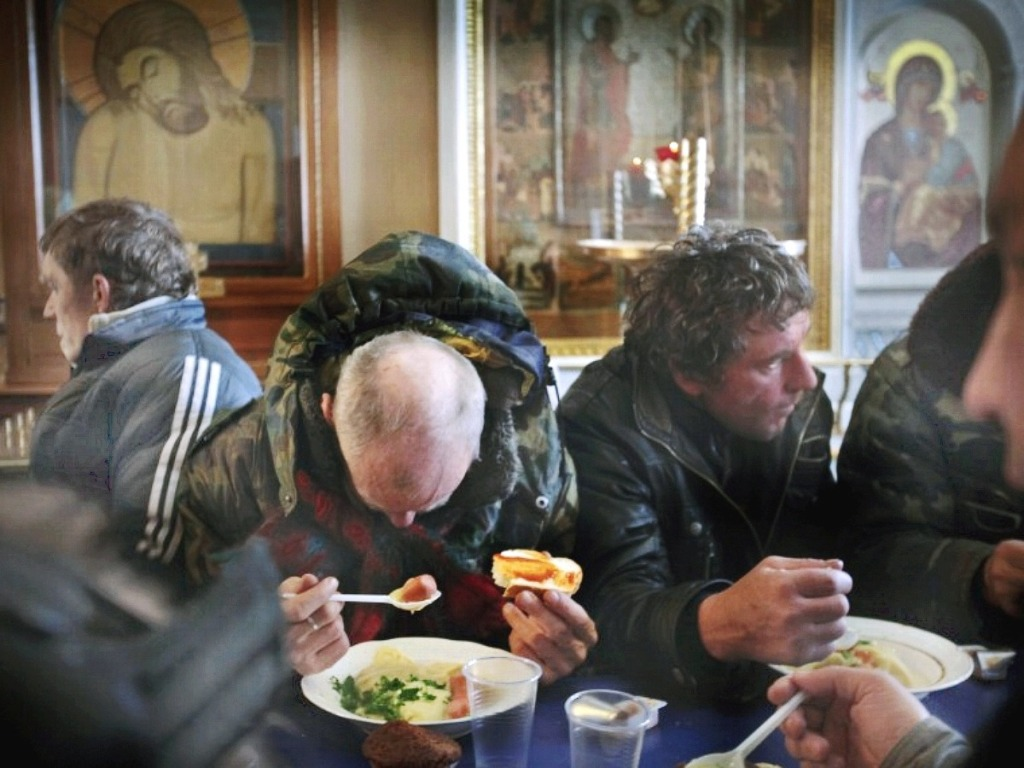 00 2012 homeless in Moscow. meal in parish.