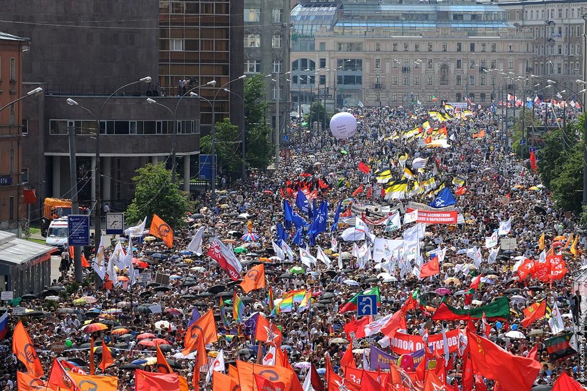 В день конституции в москве проходит митинг гласности - первая правозащитная демонстрация в послевоенном ссср
