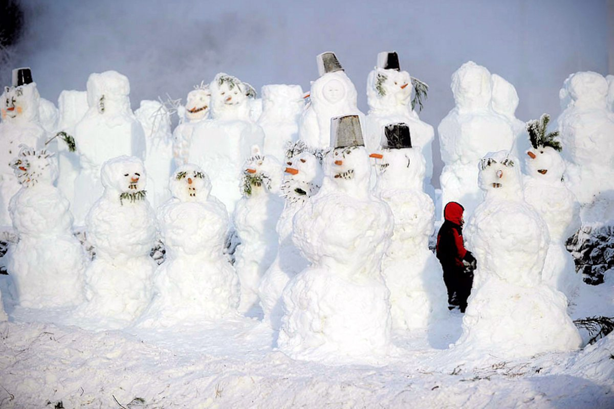 00 Snowmen in park in central Moscow. 07.01.13
