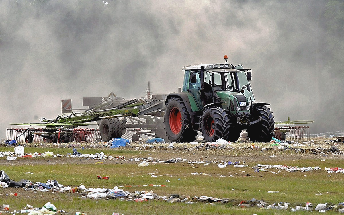 00 Tractor in field. 23.06.13