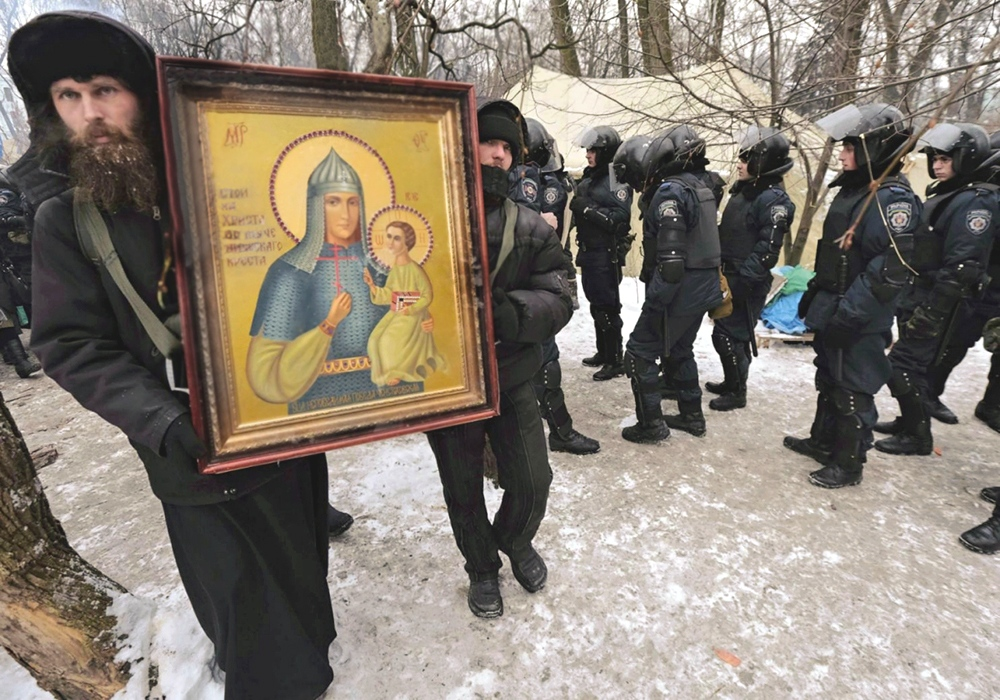 00 Kiev. Priests with icon. 31.01.14