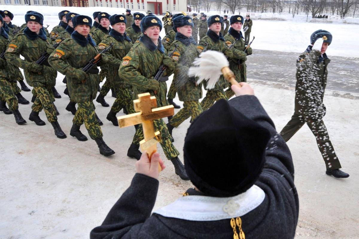 00 Belarus. priest blessing soldiers. 23.08.14