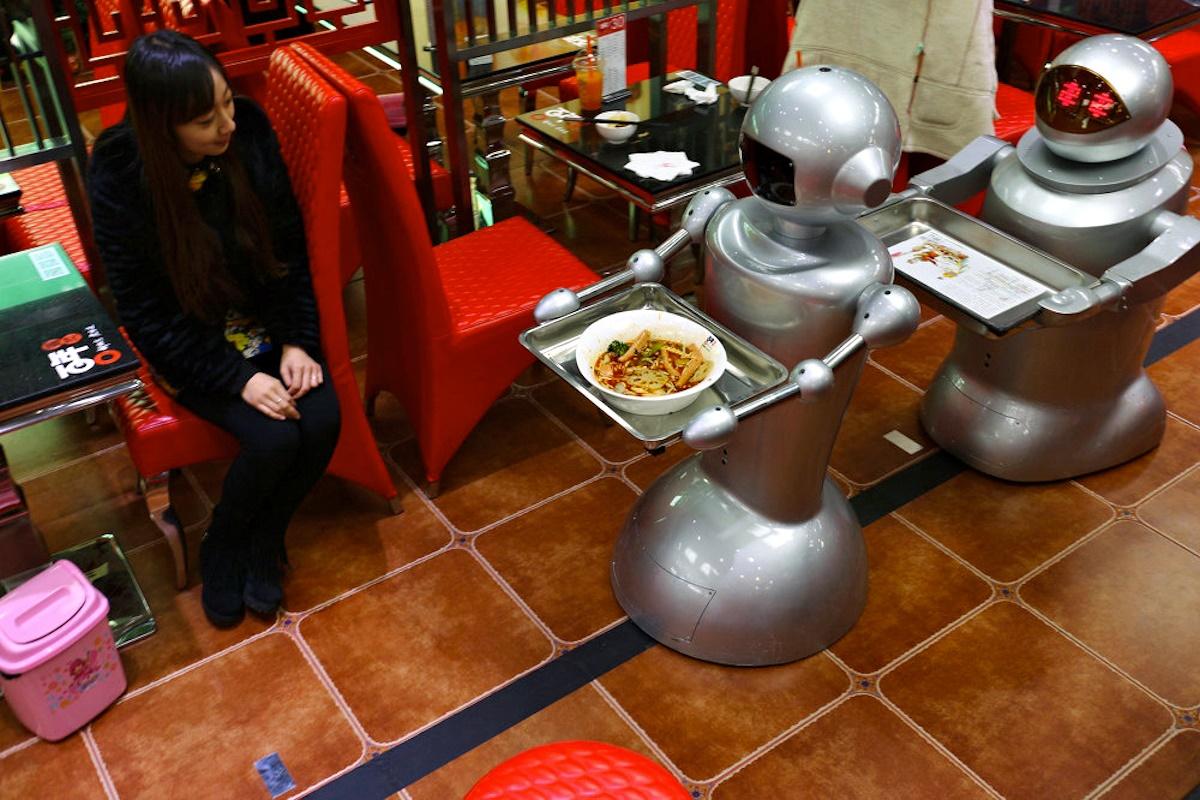 00 robot waiters in Chengdu PRC. 24.12.14