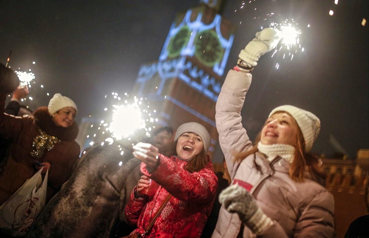 Как люди проводят новый год в россии