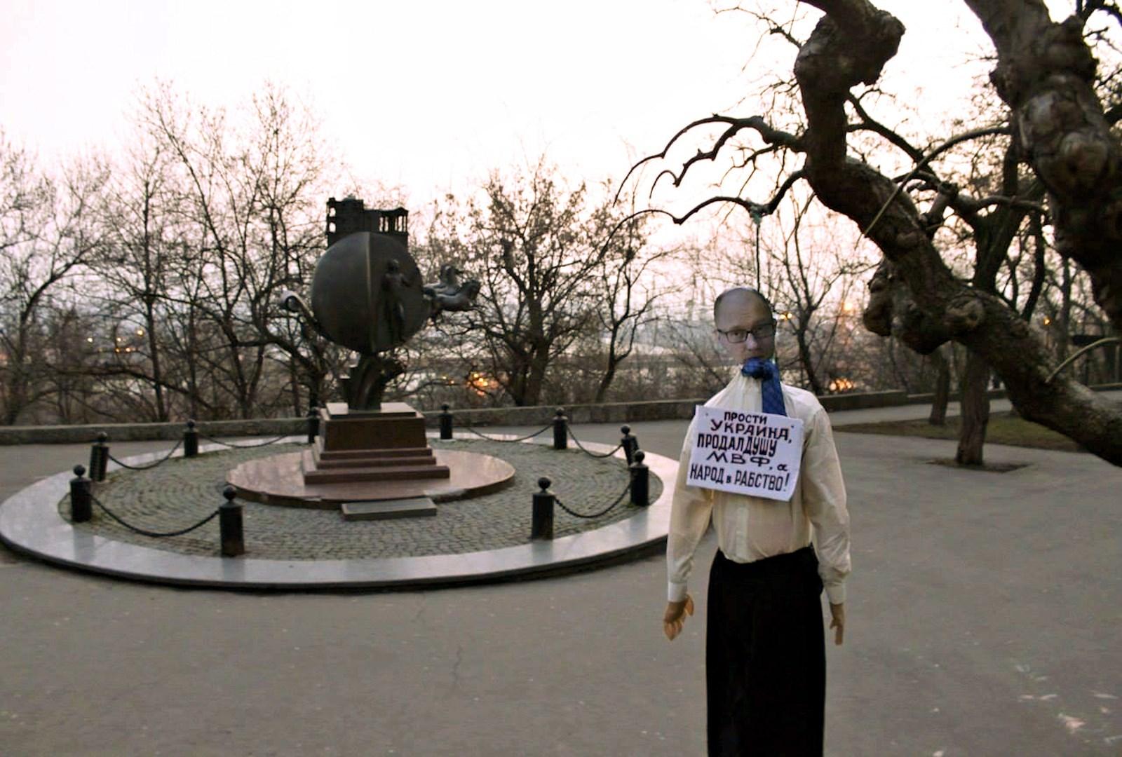 00 Odessa. Yatsenyuk hanged in effigy. 15.03.14