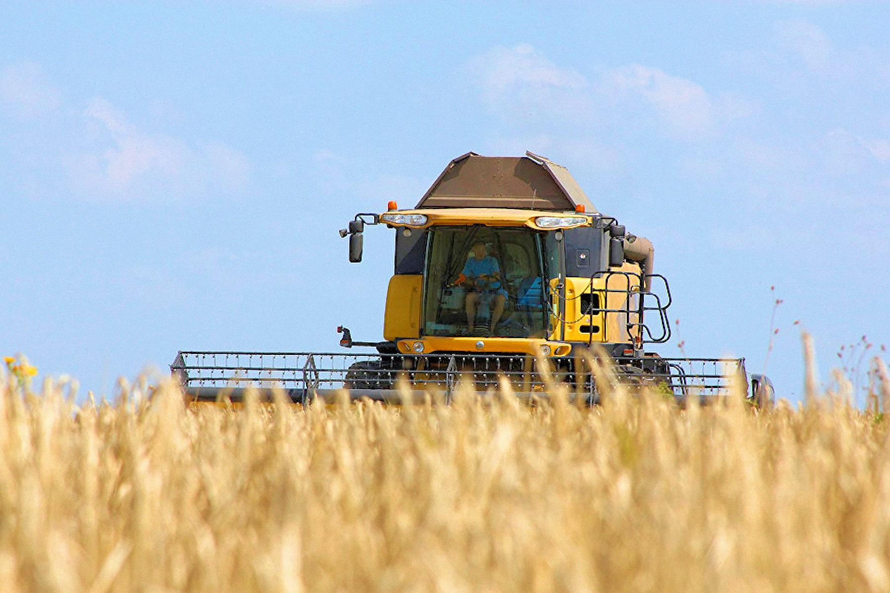 00-russia-harvester-farm-210816